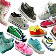Αγοράζοντας παπούτσια για παιδιά